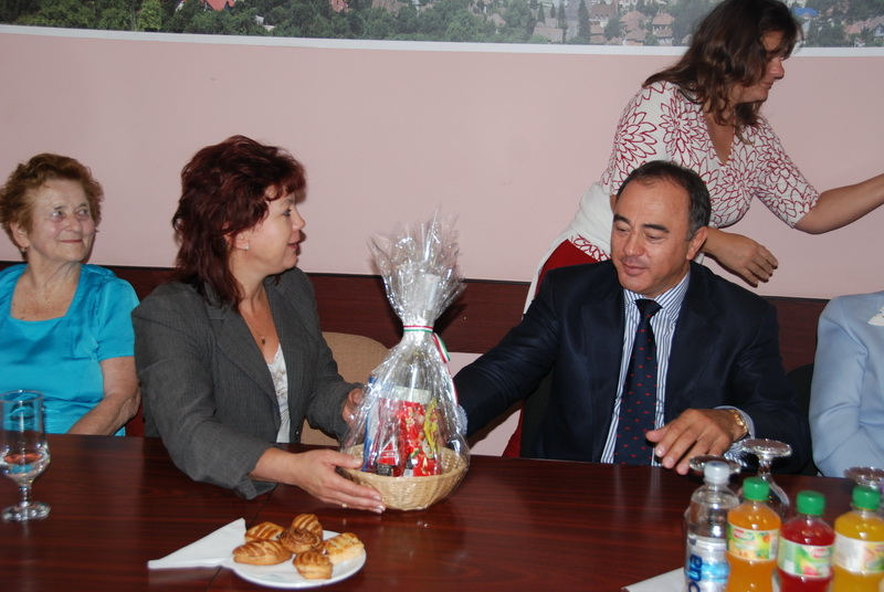 Vizualizati imaginile din articolul: Pensioners of Kecskemet at a friendly discussion with the Mayor of Tîrgu-Mureş.