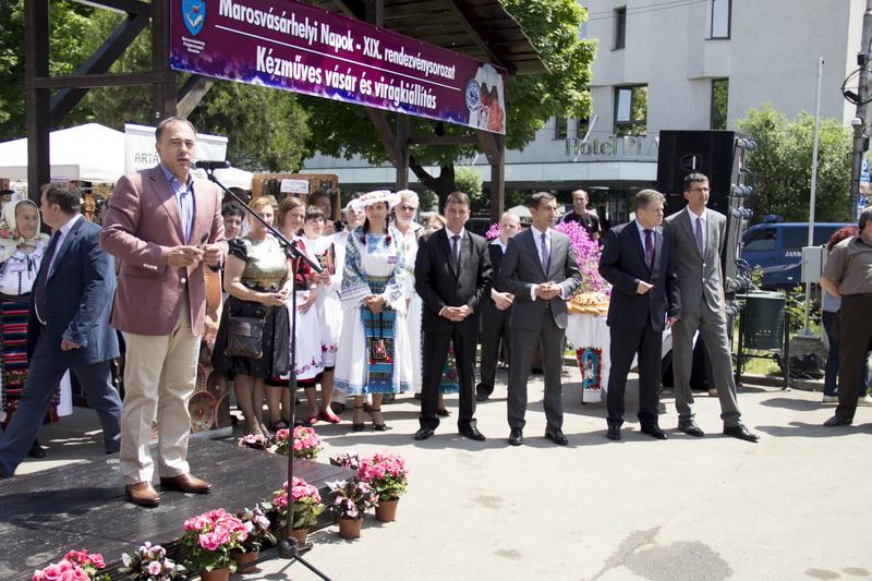 Vizualizati imaginile din articolul: S-a inaugurat Târgul de artă meșteșugărească și expoziția florală din Piața Trandafirilor