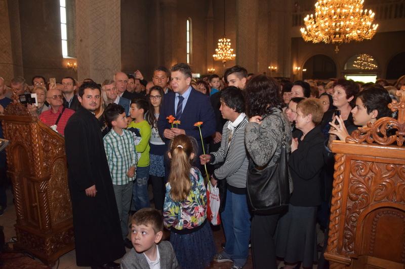 Vizualizati imaginile din articolul: Virágokat osztogattak a Marosvásárhelyi Polgármesteri Hivatal képviselői Virágvasárnap alkalmából