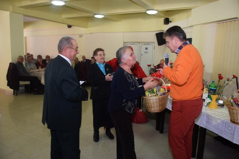 Vizualizati imaginile din articolul: Marosvásárhely Polgármesteri Hivatala a Mikulás alkalmával együtt ünnepel a város nyugdíjasaival