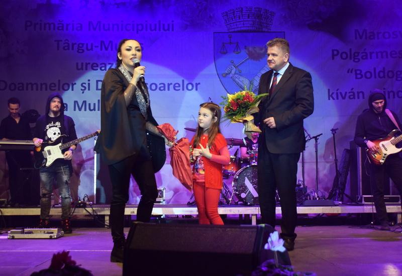 Vizualizati imaginile din articolul: Hétfőn este a Marosvásárhelyi Polgármesteri Hivatal kivételes előadást ajándékozott a Közönségnek a Nők Nemzetközi Napja alkalmából