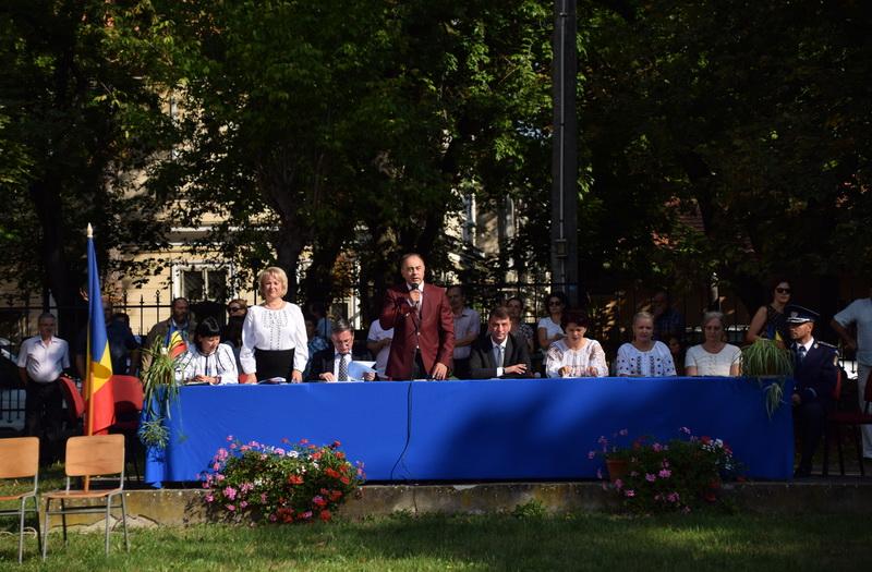 Vizualizati imaginile din articolul: Dorin Florea polgármester hétfőn, szeptember 11-én részt vett a 2017-2018-as tanév megnyitóján az Egyesülés Kollégiumban