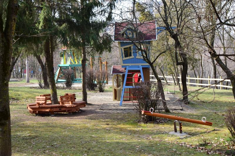 Vizualizati imaginile din articolul: Új játszótér és szabadidős övezet előkészületei a marosvásárhelyi régi szerpentinnél