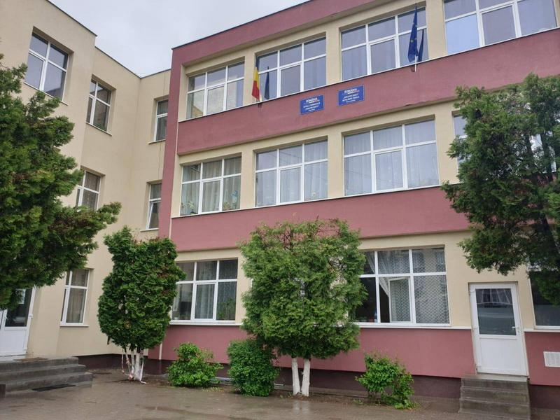 Vizualizati imaginile din articolul: Școala Gimnazială 'Serafim Duicu', în plin proces de reabilitare !
