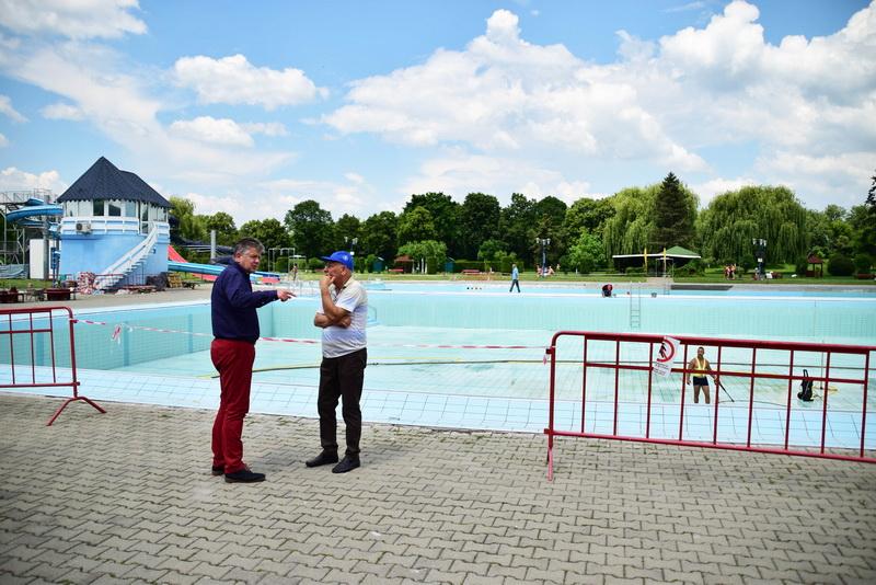 Vizualizati imaginile din articolul: Lucrări intense pentru redeschiderea bazinului mare de înot la Week-end