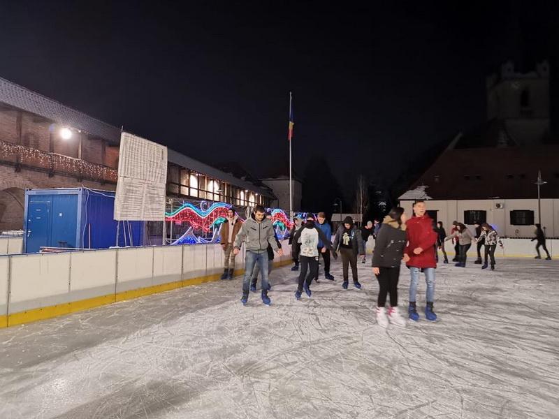 Vizualizati imaginile din articolul: Cele două patinoare din oraș așteaptă iubitorii sportului pe gheață zilnic, la tarife de anul trecut! Turele au rămas la fel: o oră și jumătate!